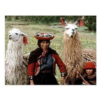 Mujer quechua con la foto de dos llamas