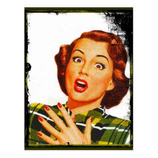 Mujer retra con la expresión sorprendida postal
