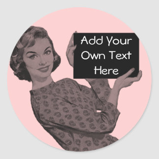 Mujer retra con un tablero pegatina redonda