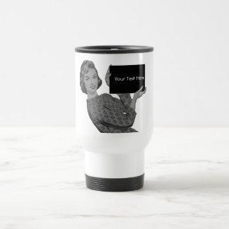 Mujer retra con un tablero taza de viaje