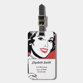 Mujer retra con una muestra etiquetas para equipaje