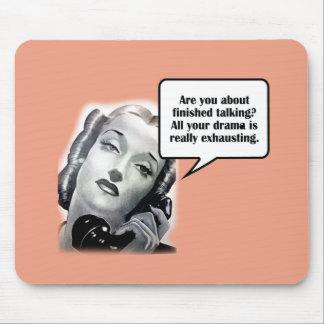Mujer retra en el teléfono, drama alfombrillas de raton