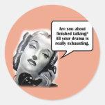 Mujer retra en el teléfono, drama etiquetas redondas