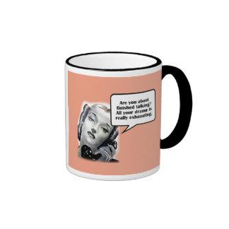 Mujer retra en el teléfono, drama tazas de café