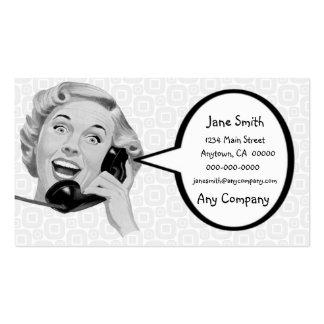 Mujer retra en el teléfono tarjetas de visita