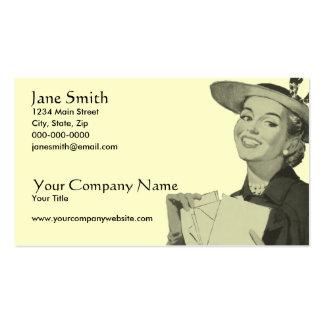 Mujer retra que lleva a cabo el correo tarjetas de visita