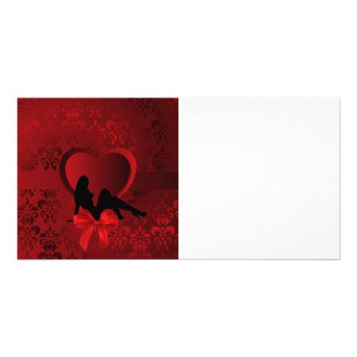 Mujer romántica en el damasco rojo tarjetas fotograficas