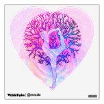 Mujer rosada del árbol de la yoga en colores en