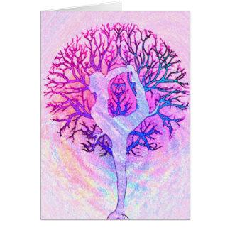 Mujer rosada del árbol de la yoga en colores en tarjeta pequeña