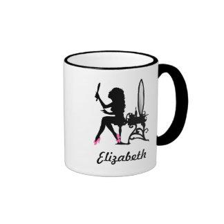 Mujer rosada y negra elegante de la silueta de la tazas de café