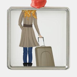 Mujer rubia con la maleta adorno navideño cuadrado de metal