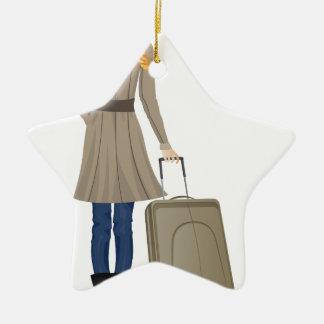 Mujer rubia con la maleta adorno navideño de cerámica en forma de estrella