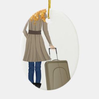 Mujer rubia con la maleta adorno navideño ovalado de cerámica