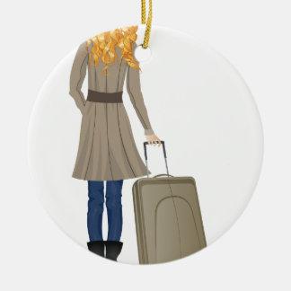 Mujer rubia con la maleta adorno navideño redondo de cerámica