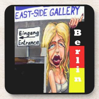 Mujer rubia, muro de Berlín, galería de la zona es Posavasos