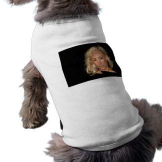 Mujer rubia playera sin mangas para perro