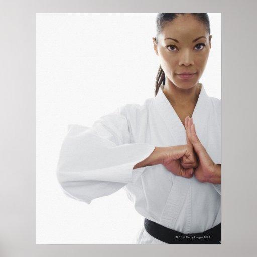 Mujer seria que hace artes marciales poster