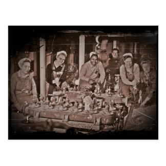 Mujer Shipfitters que trabaja en el submarino Postal