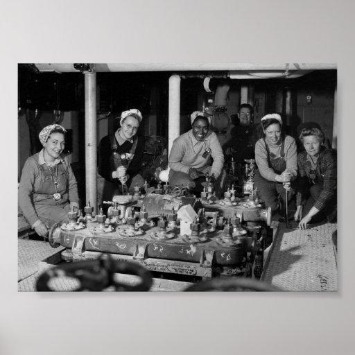 Mujer Shipfitters que trabaja en el submarino Póster