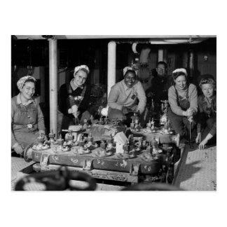 Mujer Shipfitters que trabaja en el submarino Tarjeta Postal