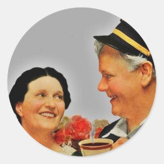Mujer sonriente del vintage y café de consumición etiqueta redonda