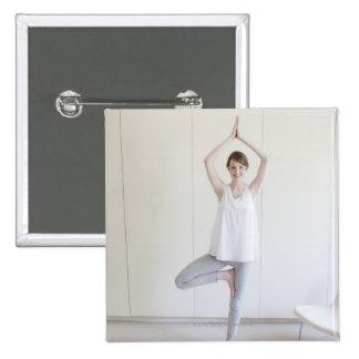 Mujer sonriente que hace yoga pins