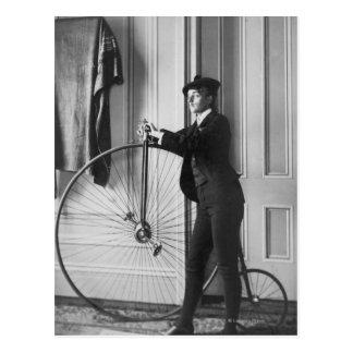 Mujer vestida como hombre con la bicicleta tarjeta postal