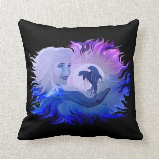 Mujer y delfínes en el claro de luna cojín decorativo
