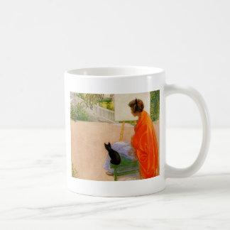 Mujer y gato que miran el puente tazas de café