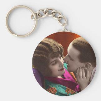 mujer y hombre del vintage en abrazo romántico llavero