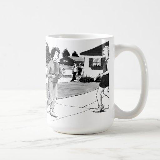 Mujer y hombre que activan tazas de café