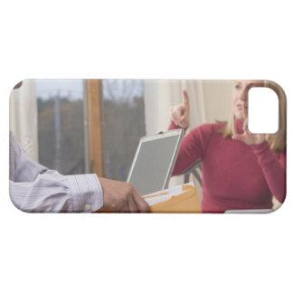 """Mujer y hombre que firman la palabra """"sobre"""" iPhone 5 carcasas"""
