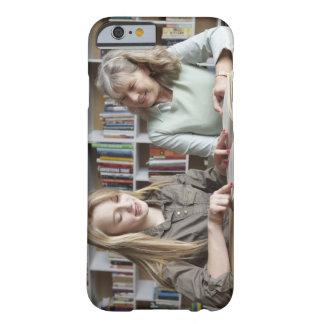 Mujer y nieta que leen junto funda de iPhone 6 barely there