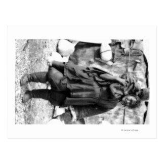 Mujer y niño esquimales en la fotografía de Alaska Tarjeta Postal