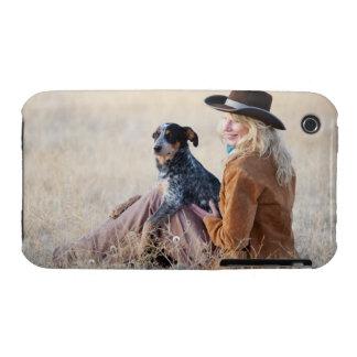 Mujer y perro que se sientan en campo iPhone 3 fundas