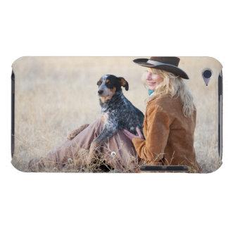 Mujer y perro que se sientan en campo iPod touch coberturas