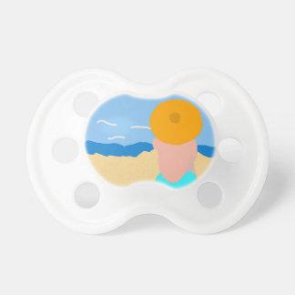 Mujer y playa chupetes para bebes