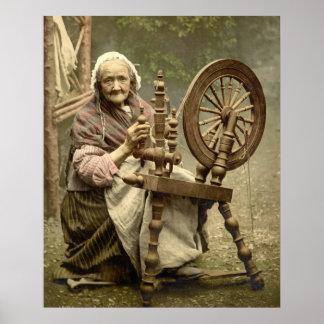 Mujer y rueda de hilado irlandesas posters