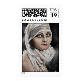 Mujer y vendajes que pintan el sello