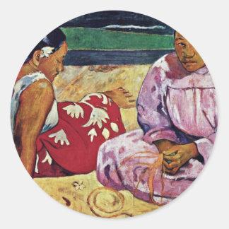 Mujeres de Tahitian en la playa de Paul Gauguin Pegatina Redonda