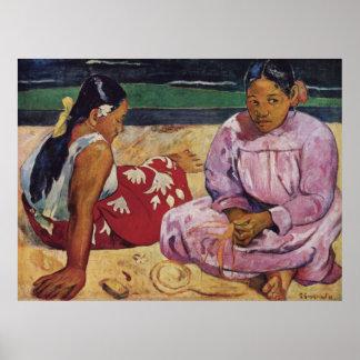 Mujeres de Tahitian en la playa por Gauguin Póster