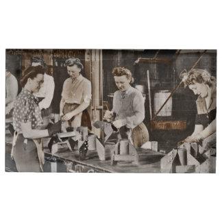 Mujeres de WWII en planta de fabricación Soportes Para Tarjetas De Mesa