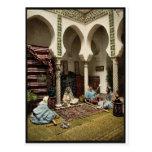 Mujeres del Moorish que hacen las alfombras Postal