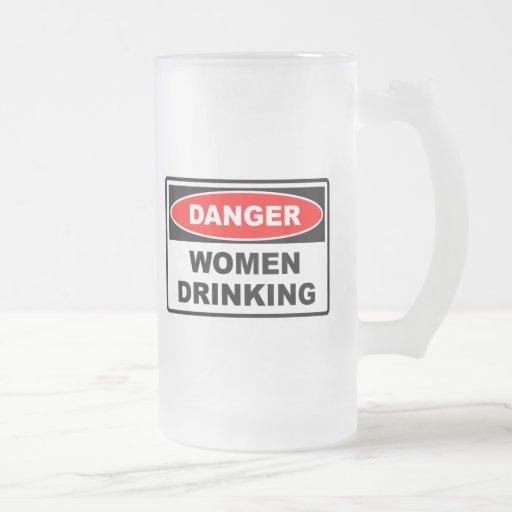 Mujeres del peligro que beben la taza helada
