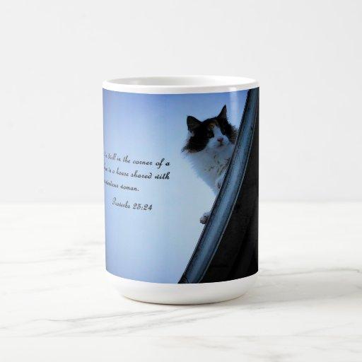 Mujeres discutibles del 25:24 del proverbio taza de café