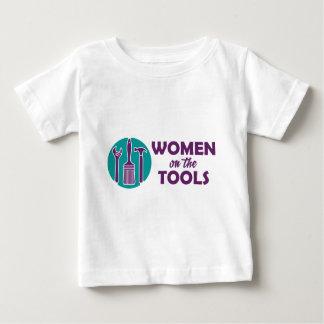 Mujeres en el logotipo de las herramientas playera de bebé