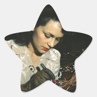 Mujeres en el lugar de trabajo durante WWII Pegatina En Forma De Estrella