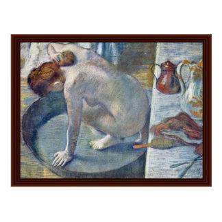 Mujeres en la tina que lava el suyo detrás por Edg Postales
