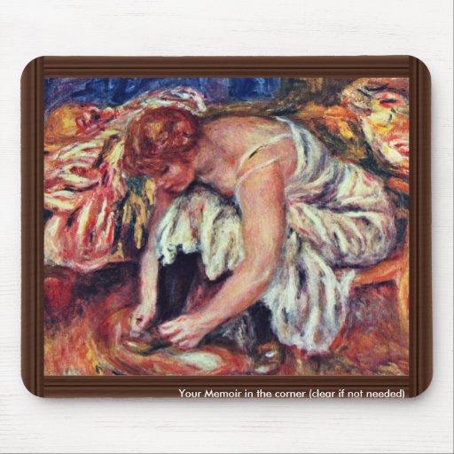 Mujeres en Schuhbinden de Pierre-Auguste Renoir Alfombrilla De Ratón