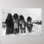 Mujeres esquimales en la fotografía de Alaska Poster